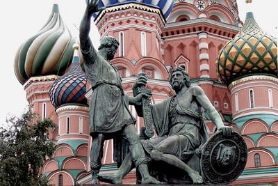 Памятник Минину и Пожарскому на фоне Собора Василия Блаженного